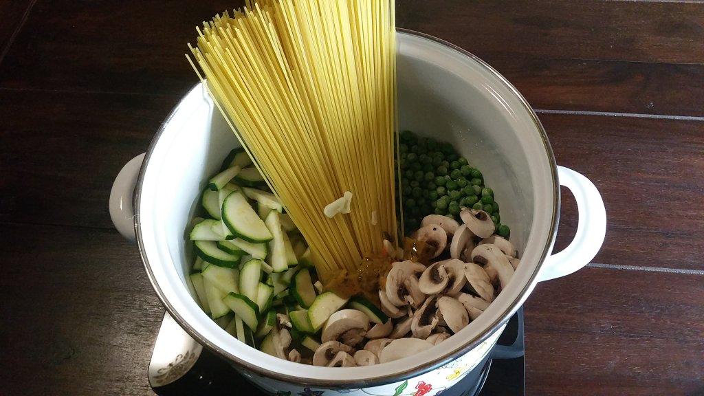 One Pot Pasta Pilze, Zucchini und Erbsen